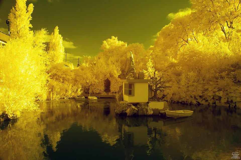 Urban Sprookjestuin in IR false color 680 nanometer filter - Arno van der Poel