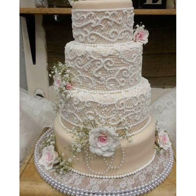 #absolutelycake #weddingcake #pearls #lace #pipedlaceweddingcake #burlapandlace #panamacityweddings