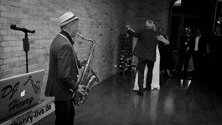 Saxofon während des Erföffnungstanzes? Dj macht es möglich!