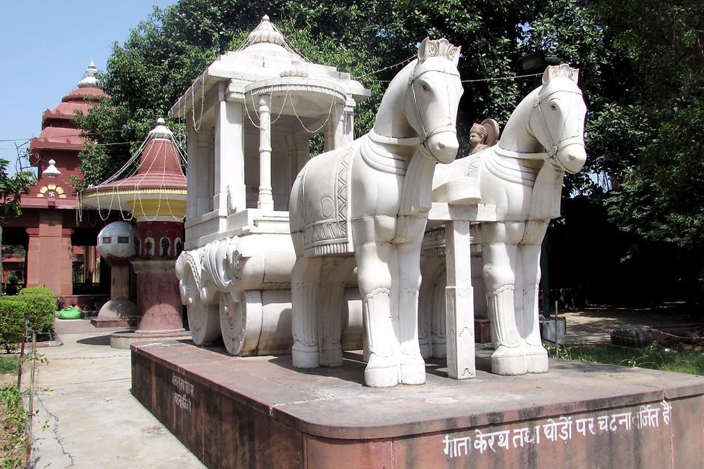 Скульптура лошадей в парке Бирла Мандир