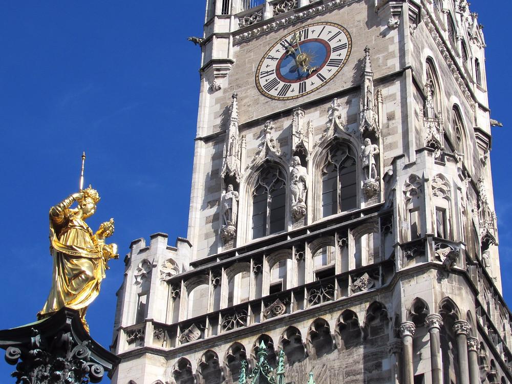 Новая ратуша и статуя Девы Марии