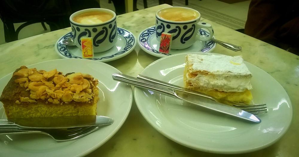 Кофе и пирожные
