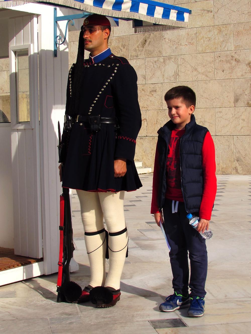 Мальчик фотографируется с эвзоном