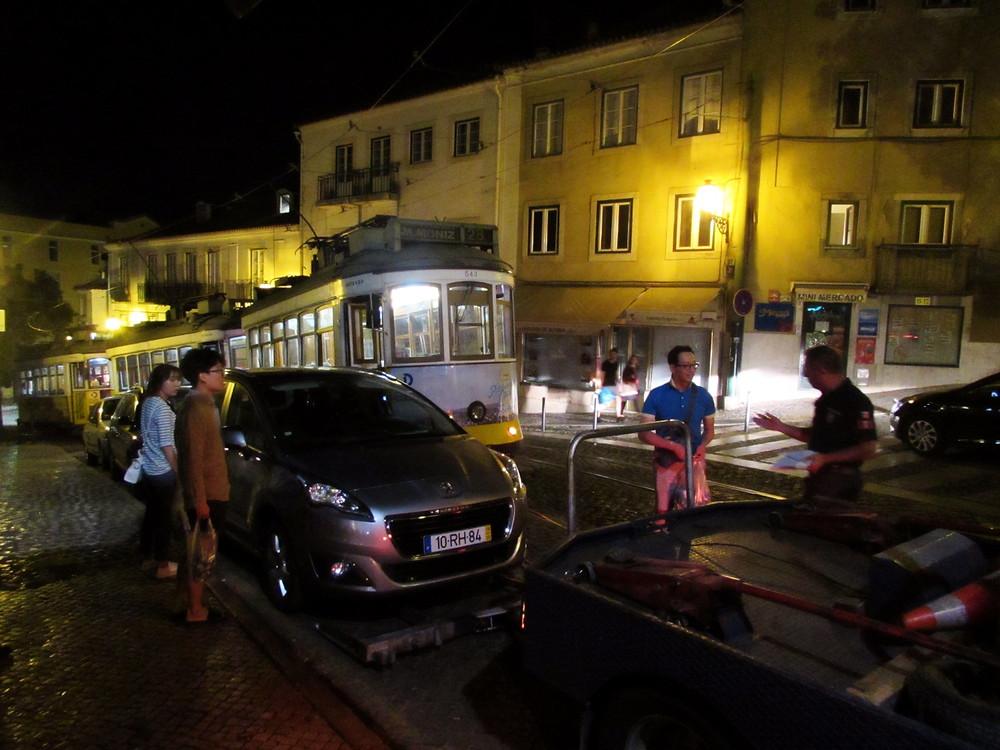Полицейский и владельцы машины