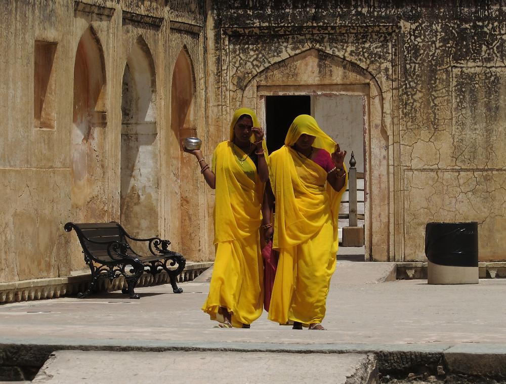 Индианки в желтых сари