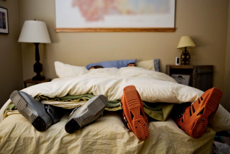 Лыжники в кровати