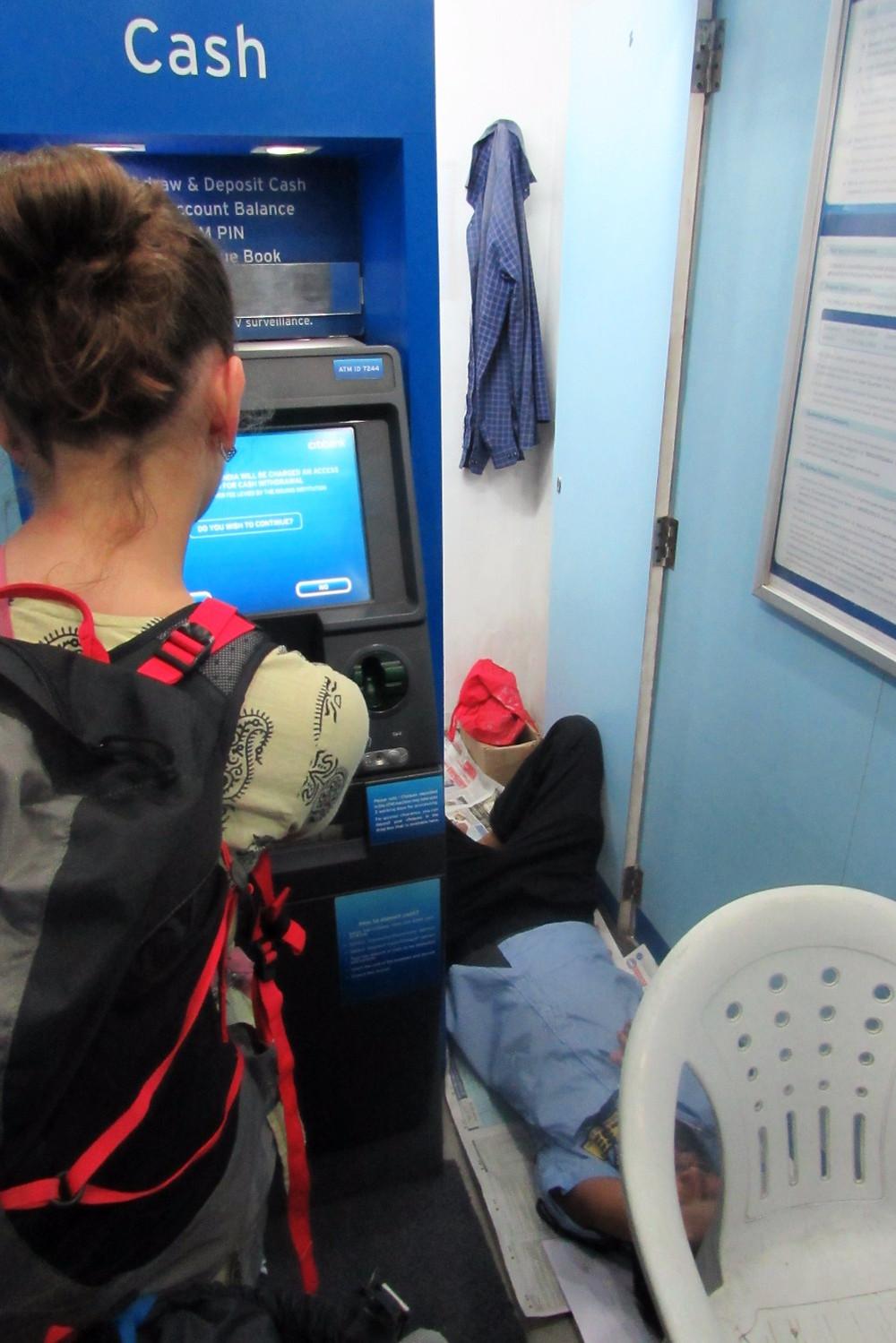 Охранник в банкомате