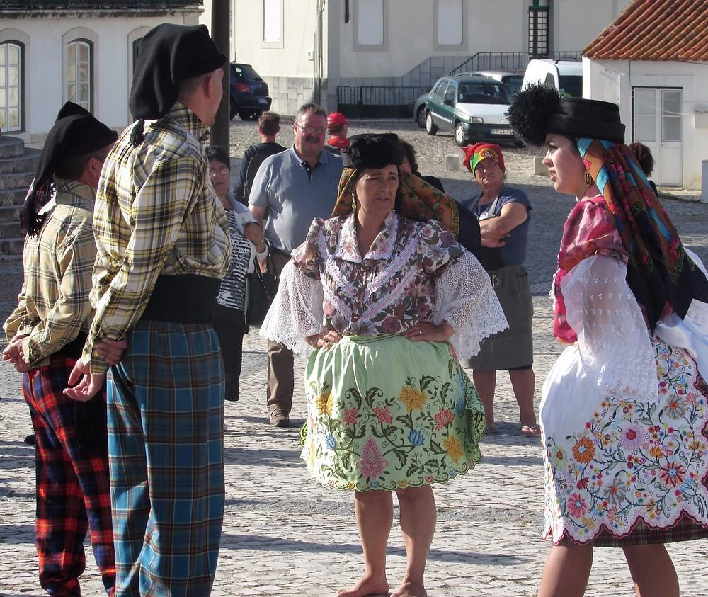 Танцоры в национальных костюмах
