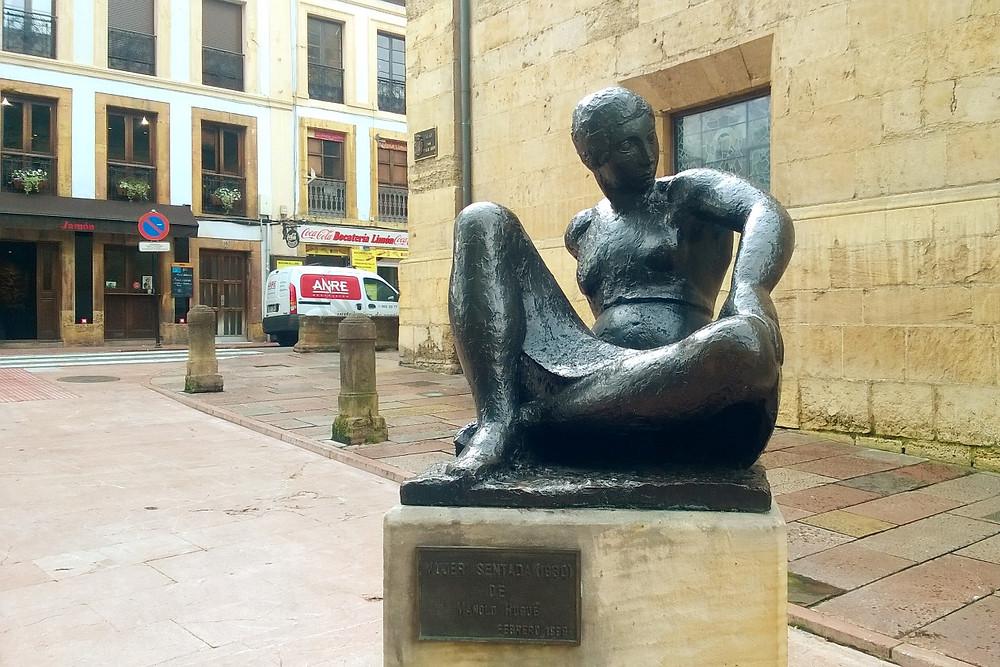 """Статуя """"Сидящая женщина"""""""