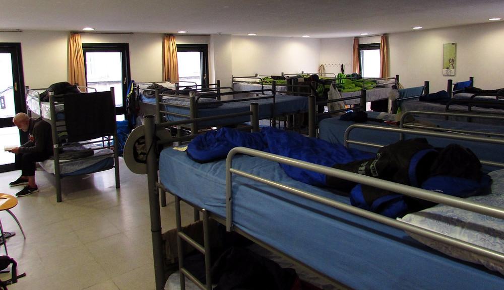 Спальня в муниципальном альберге в Луго
