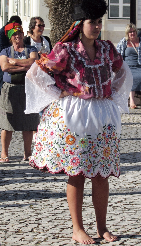 Девушка в национальном платье