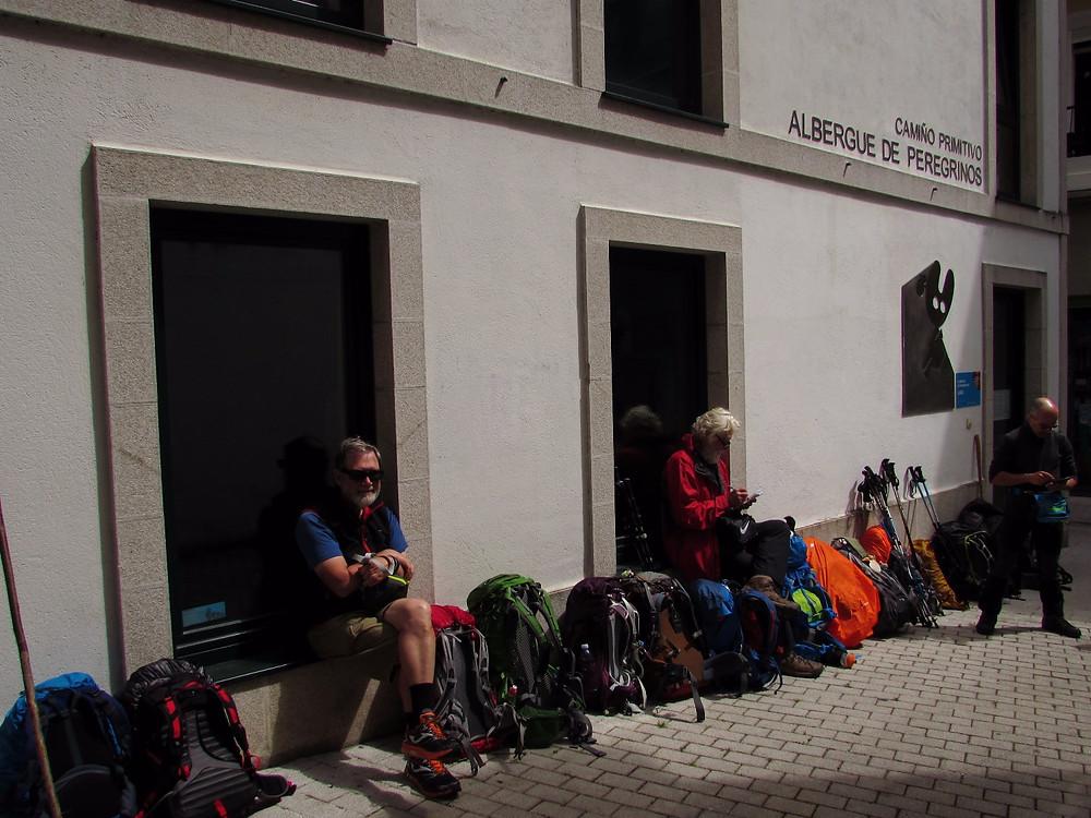 Очередь из рюкзаков перед альберге