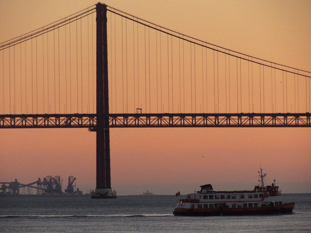 Мост имени 25 апреля на закате