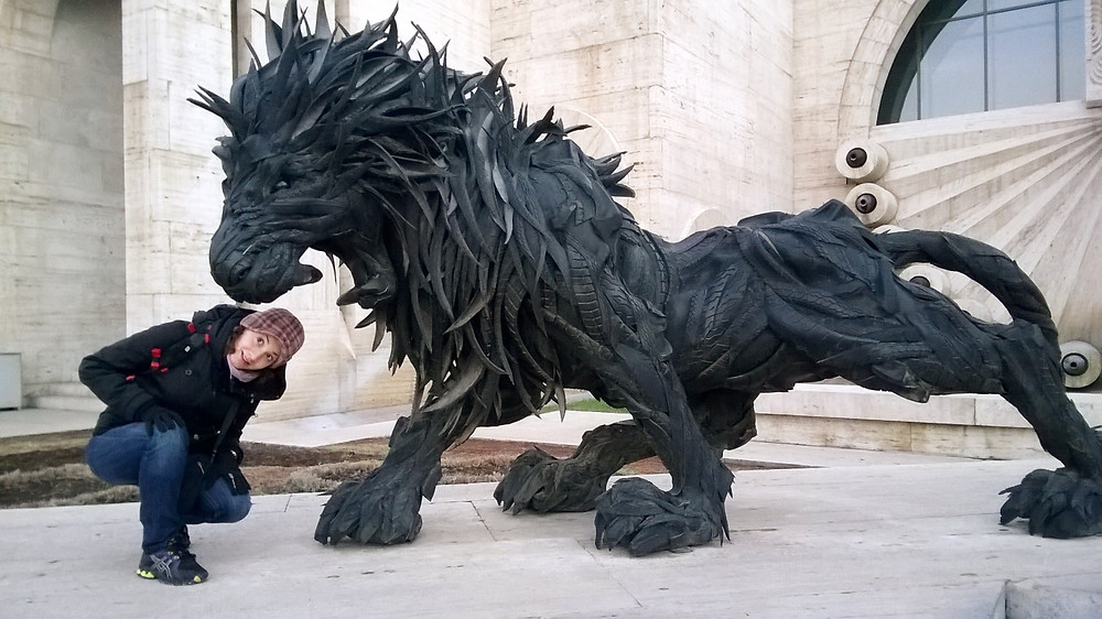 Лев из покрышек