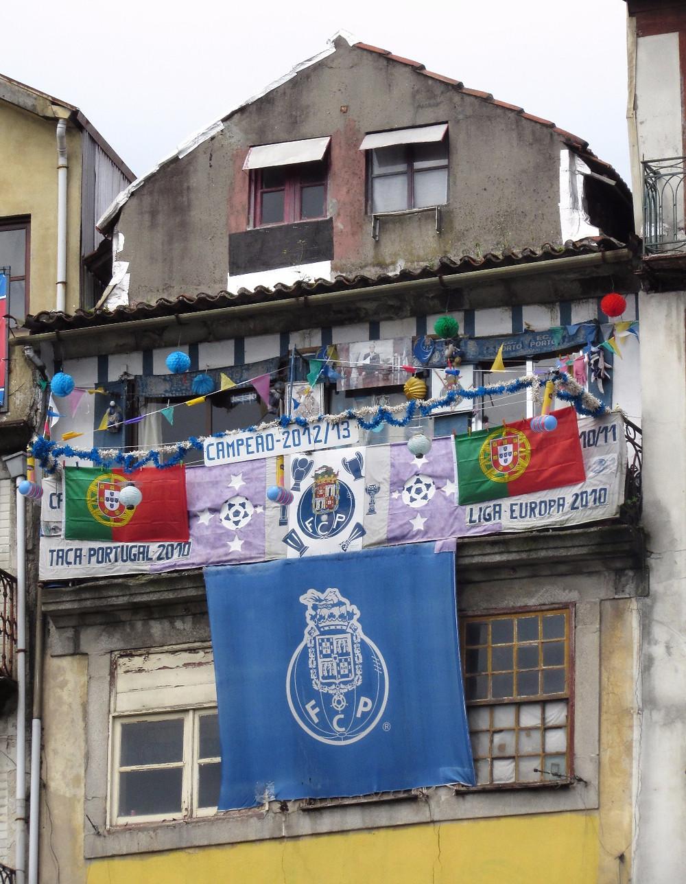 Флаги Португалии на балконе