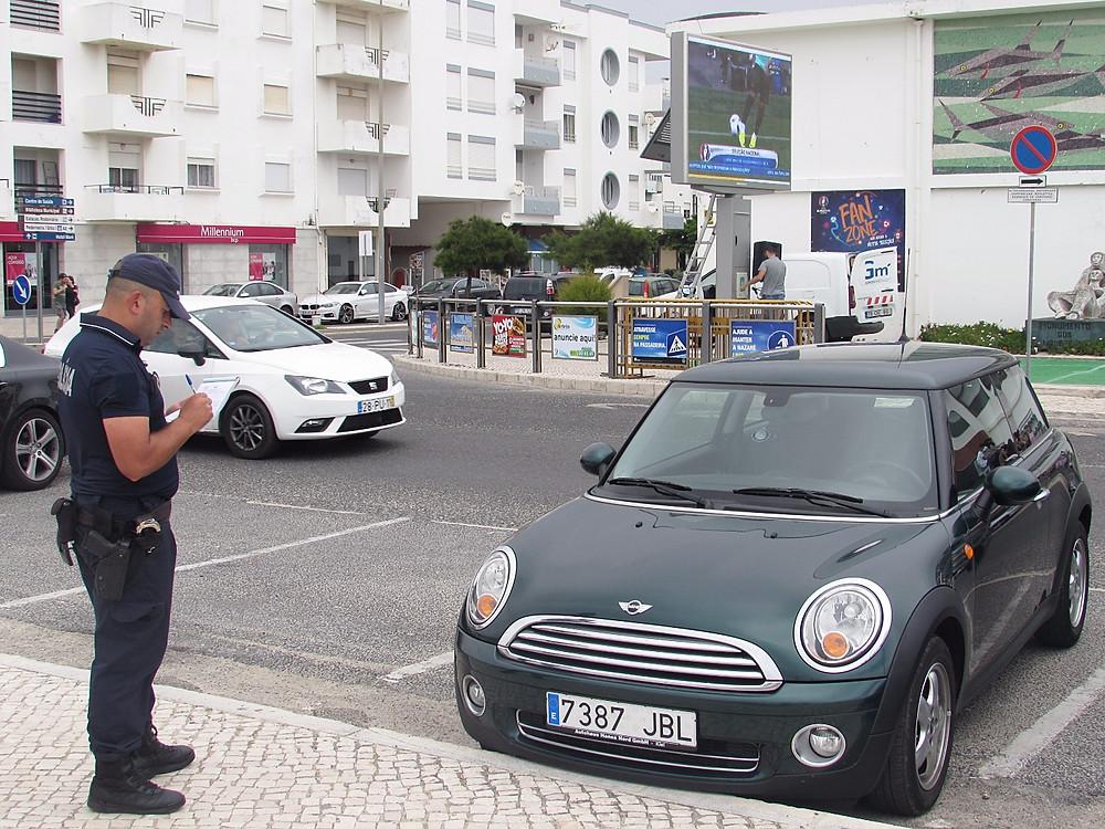Полицейский выписывает штраф