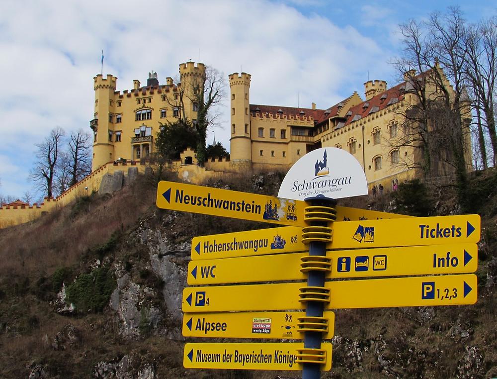 Замок Хоэншвангау и указатели