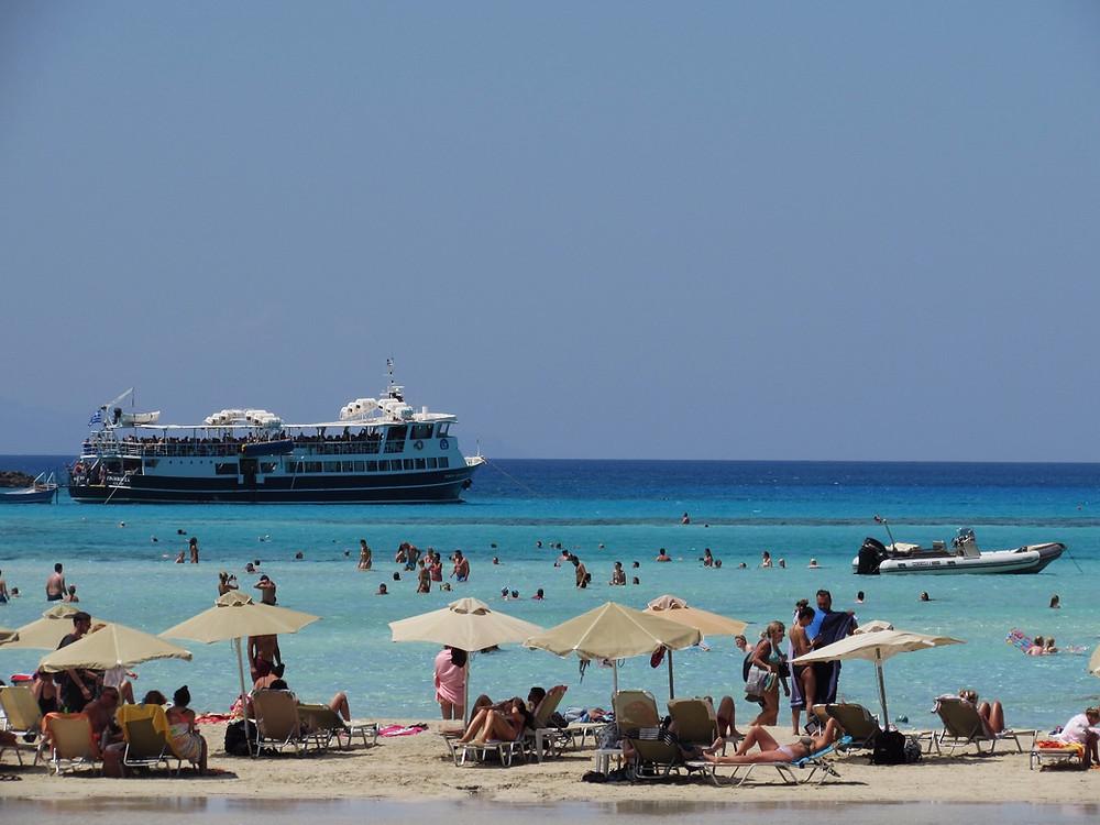 Туристы на пляже в бухте Балос