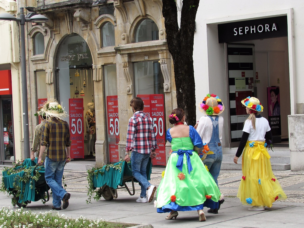 Местные жители в костюмах