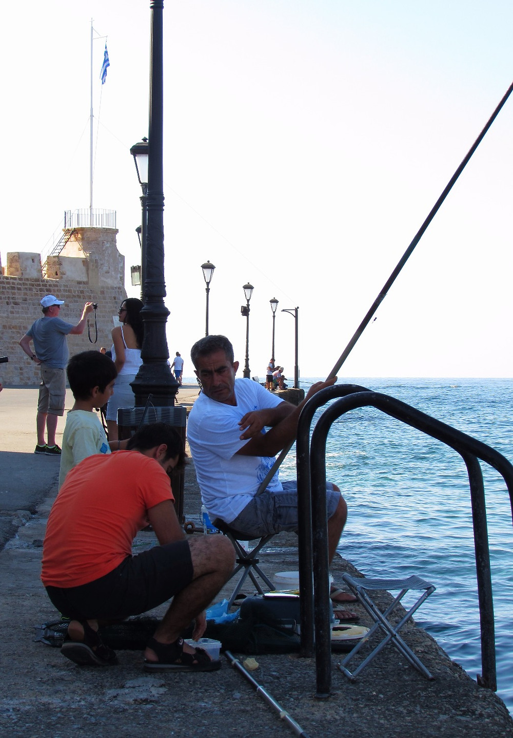 Сын, отец и дедушка ловят рыбу