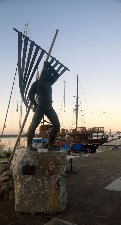 Памятник на набережной Каламаты