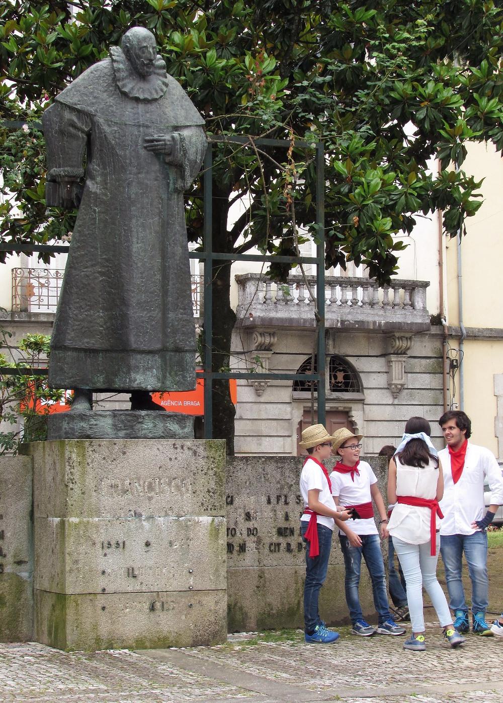 Памятник и дети-скауты