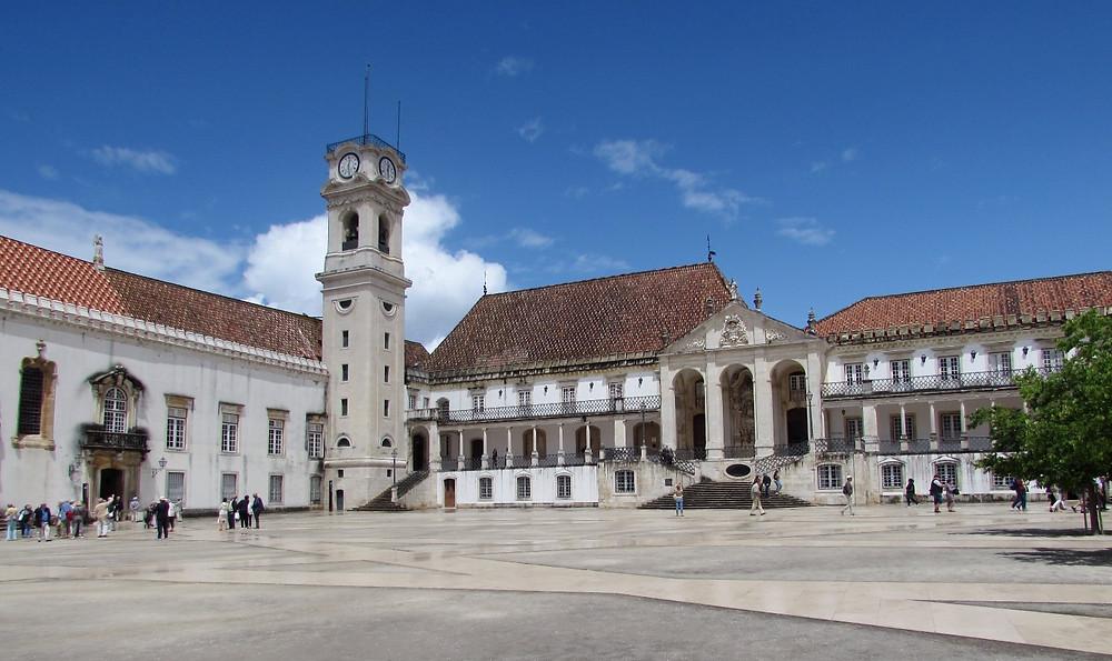 Площадь перед центральным корпусом университета