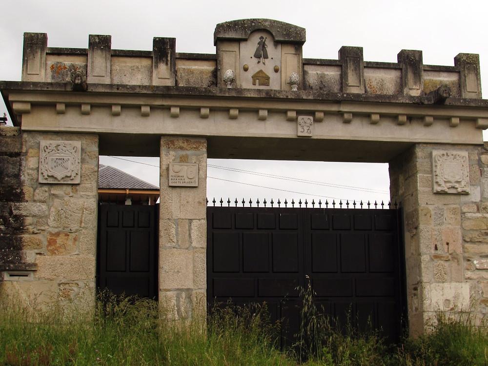 Ворота с изображение пилигрима