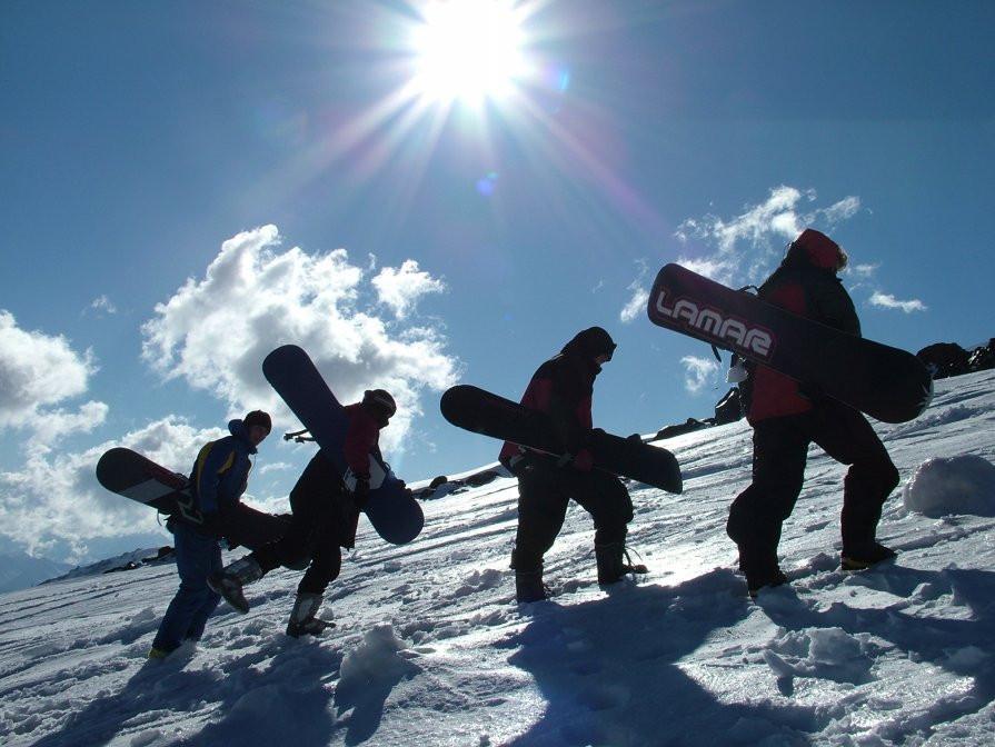 Сноубордисты идут в гору