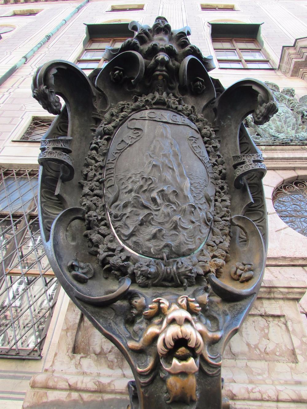 """Герб со львом, который нужно потереть """"на счастье"""""""