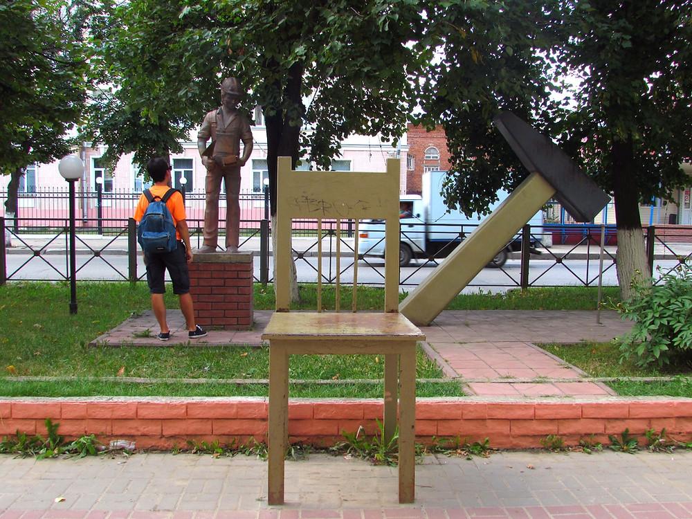 Малые скульптурные формы: стул, молоток и каменьщик