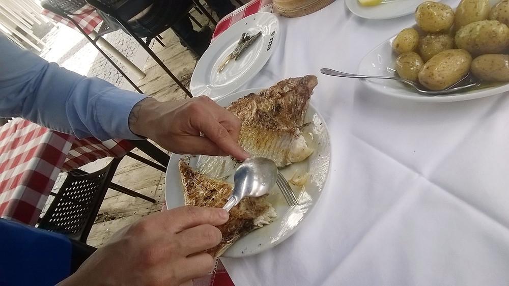 Официант отделяет рыбное филе