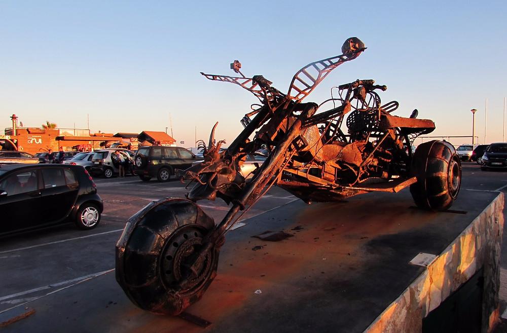 Железный мотоцикл на пляже
