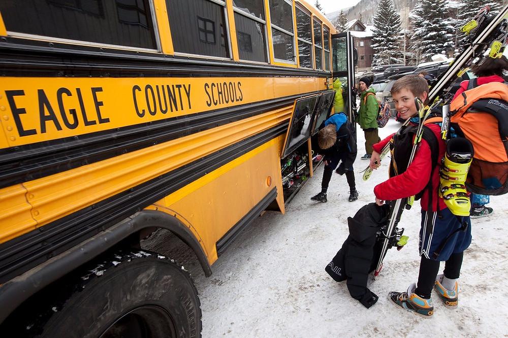 Мальчик-горнолыжник около автобуса