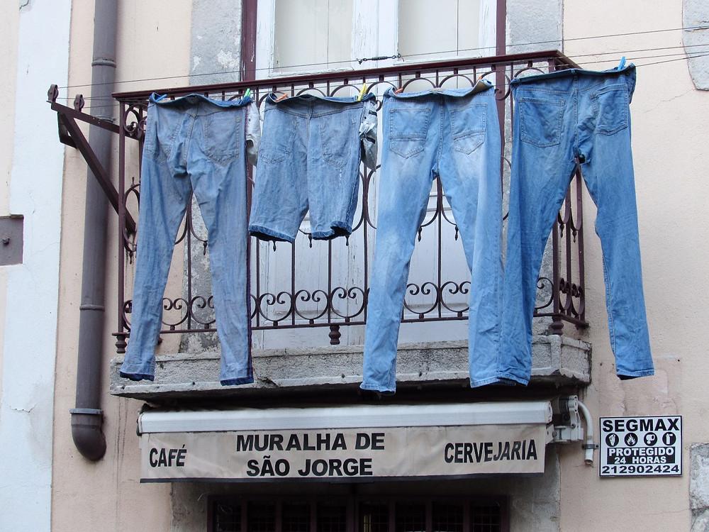 Джинсы на балконе