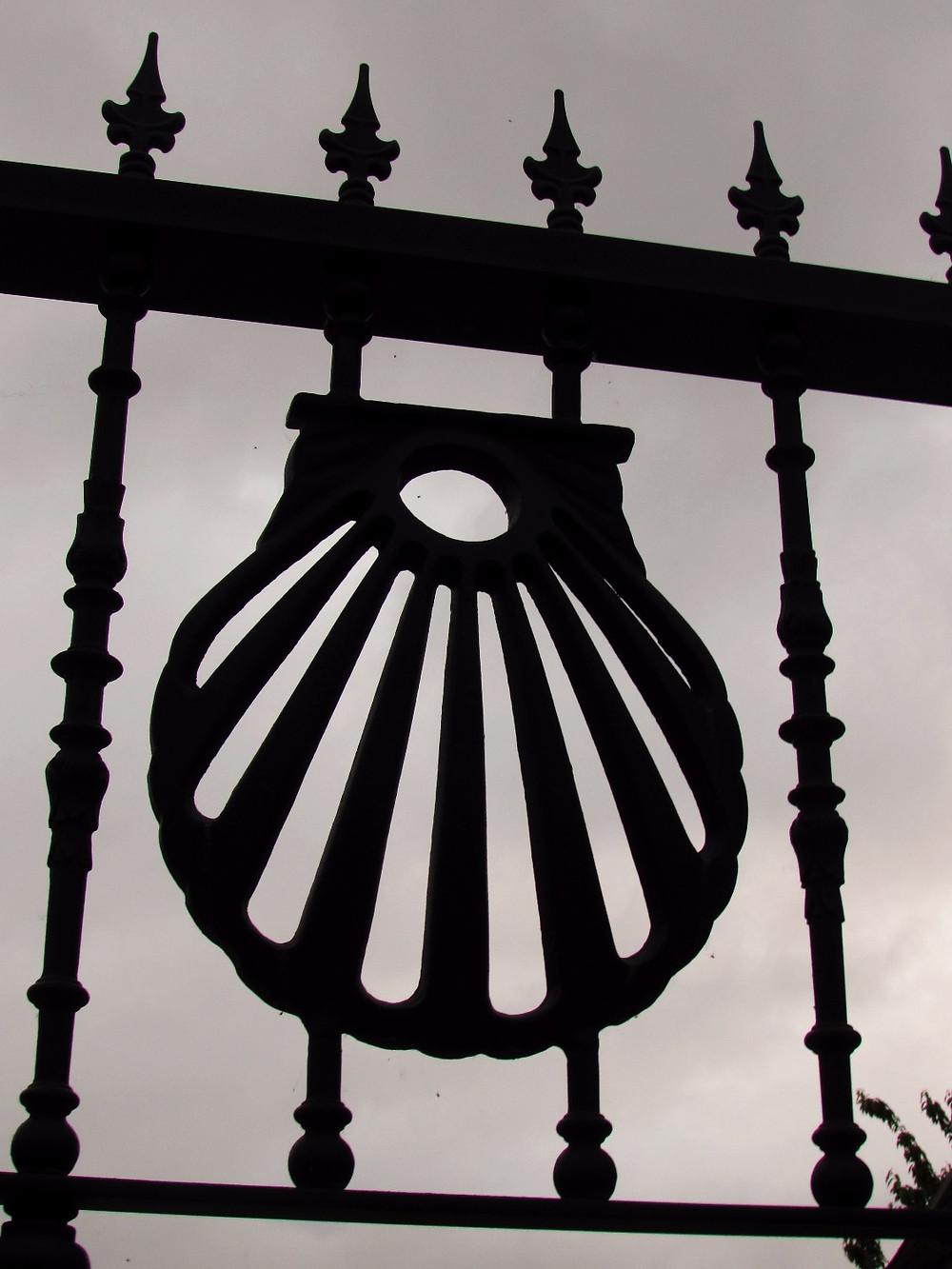 Забор с кованой ракушкой