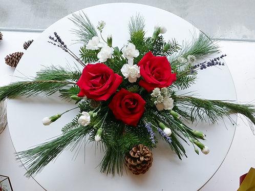 Centre de table avec roses rouges et lavande