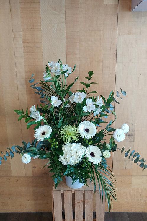 Arrangement blanc avec eucalyptus