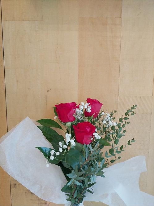 3 roses rouges avec verdures