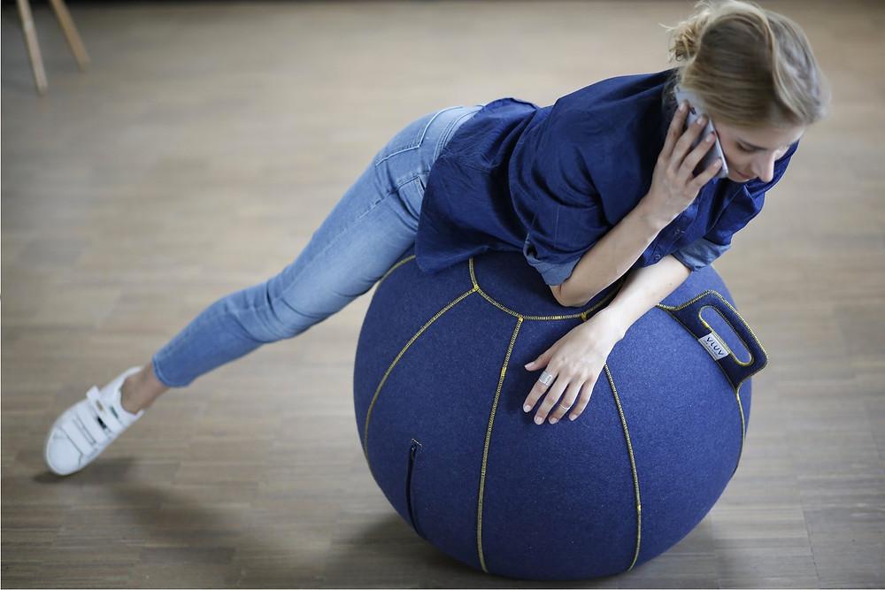 Femme au téléphone sur un ballon Vluv.