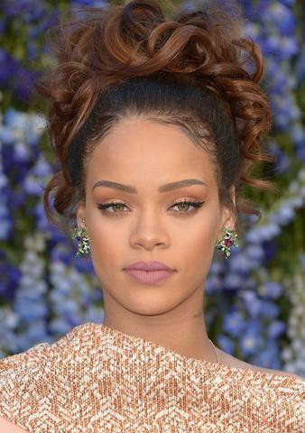 picture of singer rihanna with pink mauve lips