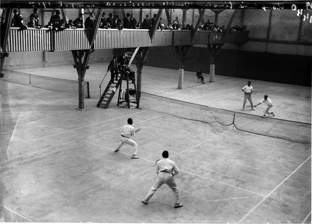 Männer-Doppel an den Schweizerischen Hallen-Tennis-Meisterschaften in Genf, 1915. Glasplattennegativ ©, KEYSTONE/Photopress