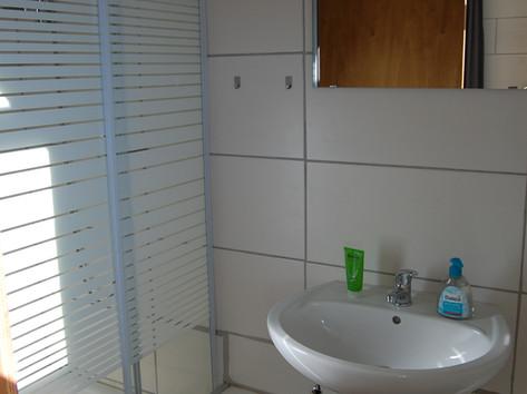 Duschkabine mit Waschbecken