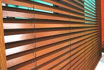 persiana de madeira no centro