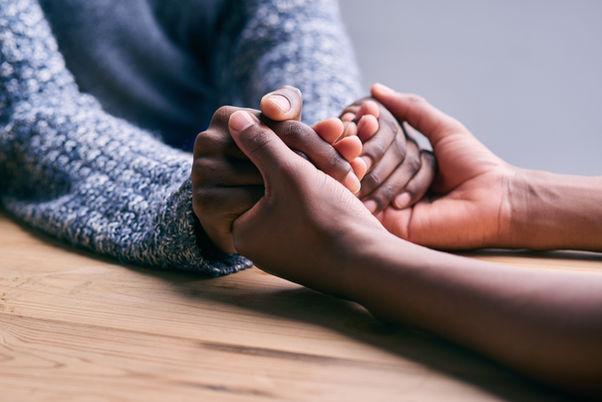 zwei Frauen geben sich Halt und Geborgenheit in einer schweren Zeit