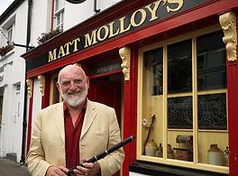 musician ouside Matt Molloy's Pub in Westport