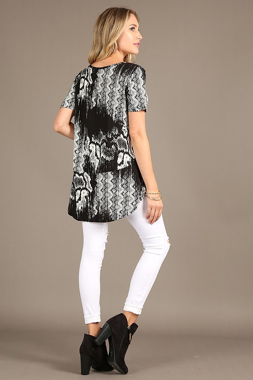 1275 Short sleeve, loose fit top with rounded hem.
