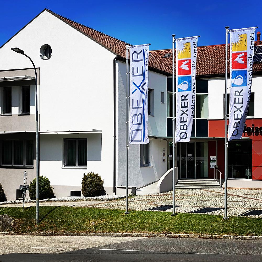 Bürogebäude OBEXER mit Fahnen