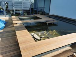Terrassendeck um Fischteich