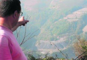 foto: el suelo de las explotaciones mineras sin restaurar. El Comercio.